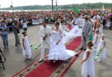 Омская невеста надела фату длиной четыре километра